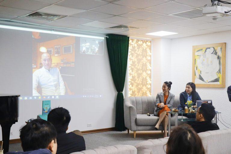 """Nhà văn Nguyễn Tư Phong trong phiên chia sẻ câu chuyện về """"Silent Dinner"""" (Bữa tối im lặng)"""