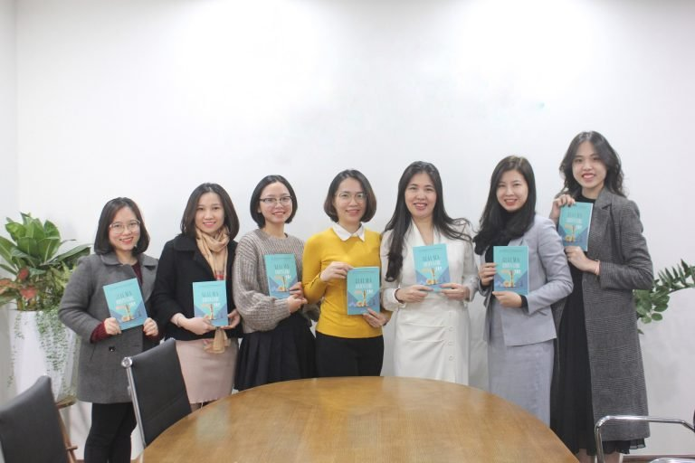 TS. Dương Thị Thu – chủ biên – và đội ngũ biên tập với những cuốn sách đầu tiên