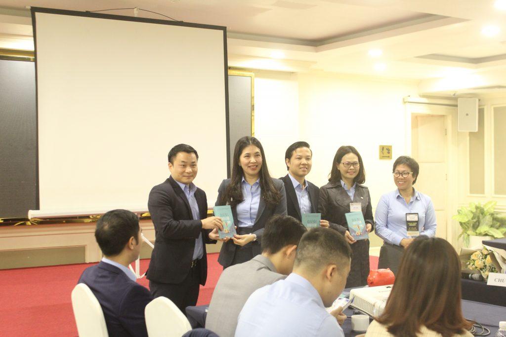 Tác giả TS. Dương Thị Thu tặng sách cho các đối tác trong BNI Amazing Chapter