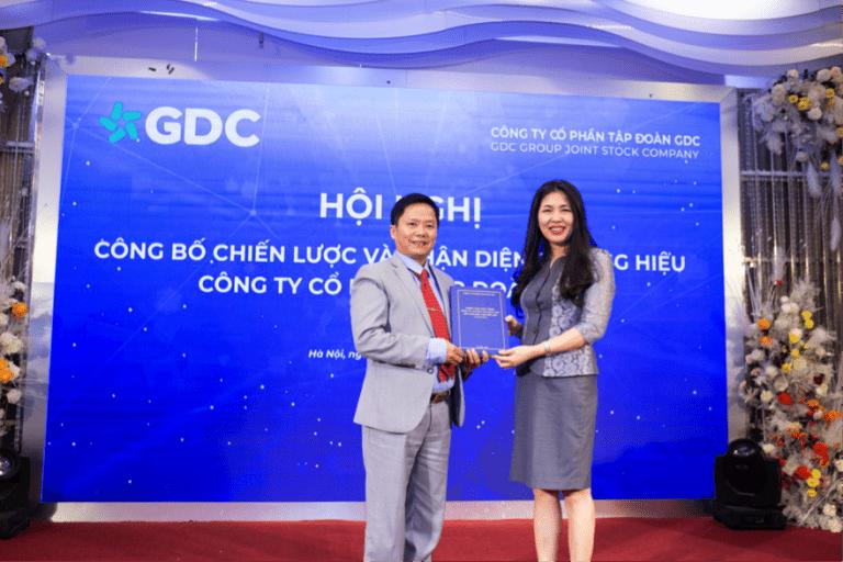 Viện trưởng Sleader bàn giao văn bản chiến lược phát triển cho Chủ tịch HĐQT Tập đoàn GDC