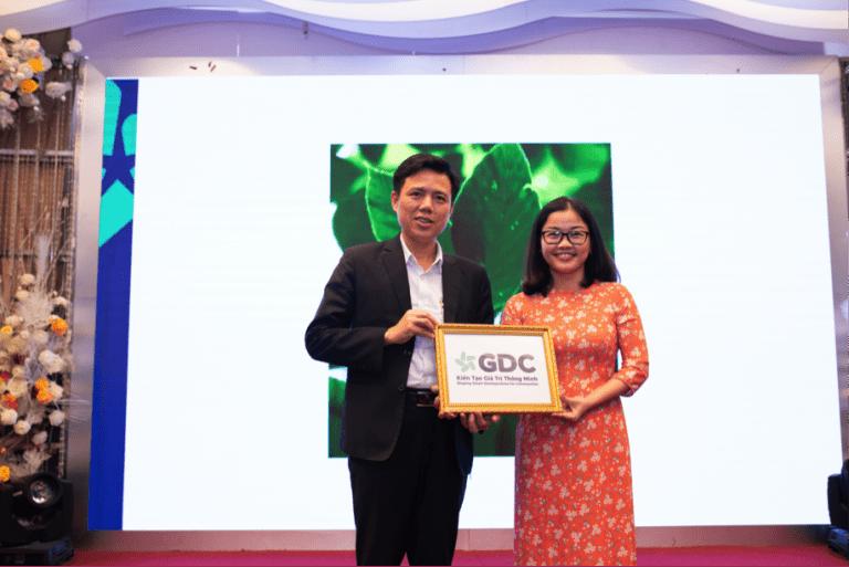 Đại diện Consulus trao bộ nhận diện thương hiệu cho TGĐ Nguyễn Ngọc Hoàng