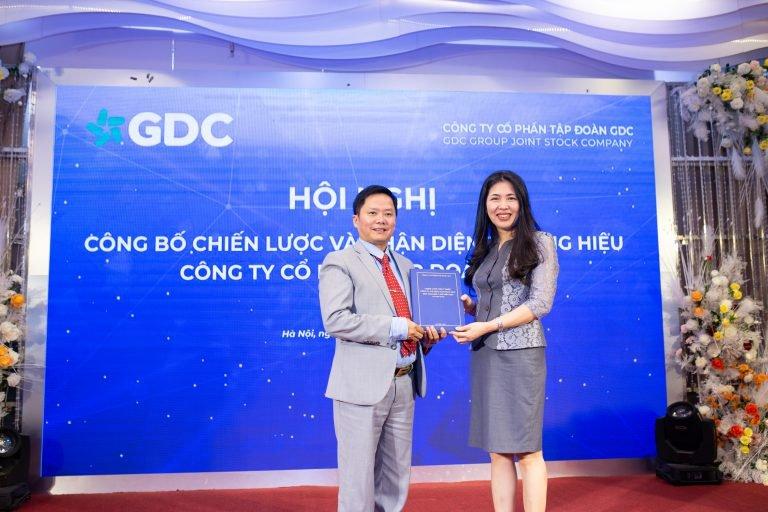 Viện trưởng Sleader trao văn bản chiến lược cho Chủ tịch HĐQT Tập đoàn GDC