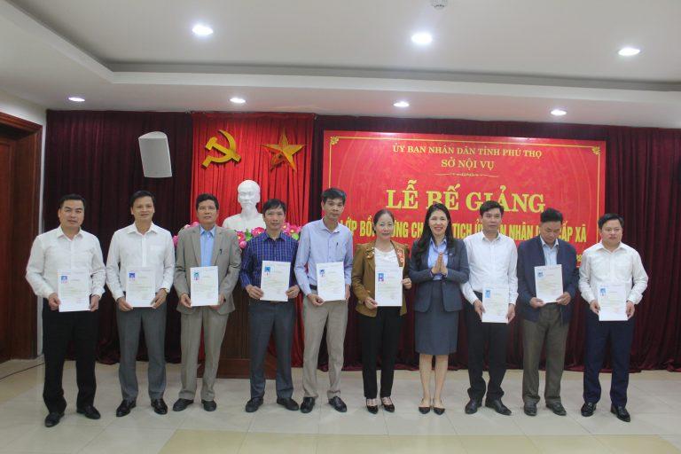 Bà Dương Thị Thu, Viện trưởng Viện Nghiên cứu Phát triển Lãnh đạo Chiến lược trao chứng nhận hoàn thành khóa học cho học viên.