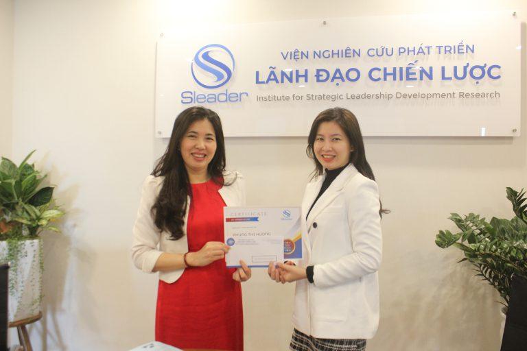 Viện trưởng TS. Dương Thị Thu trao giải thưởng Ngôi sao Tháng cho Chánh văn phòng Phùng Hương