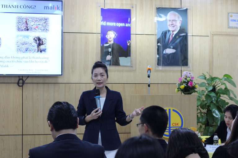 """Dr. Tran Thi Hong Lien presented the topic """"Vietnamese enterprises from the perspective of systems thinking"""""""