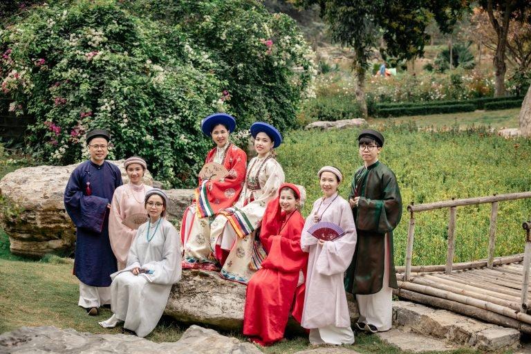 Đội ngũ Sleader trong cổ phục Việt thời Nguyễn (áo Nhật Bình và áo tấc)
