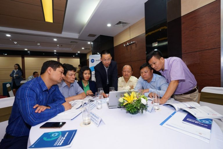 Dr. Nam Nguyễn and participants discussed
