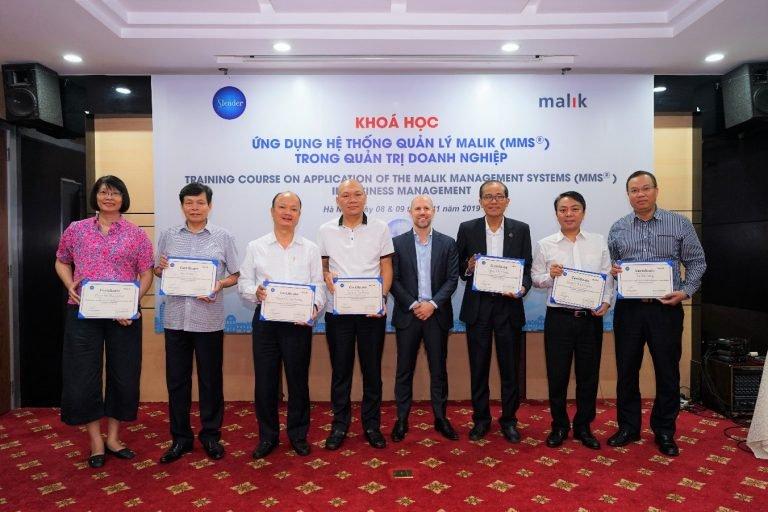 TS. Constantin Malik trao chứng nhận hoàn thành khóa học cho các học viên