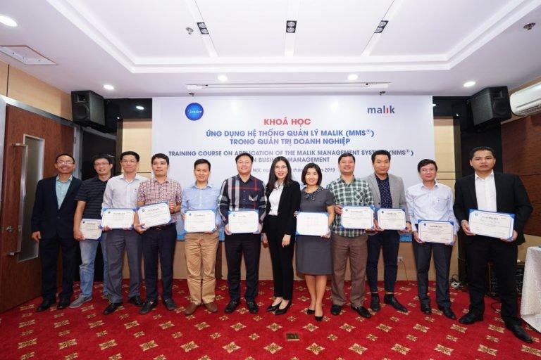 TS. Dương Thị Thu và TS. Nam Nguyễn trao chứng nhận hoàn thành khóa học cho các học viên