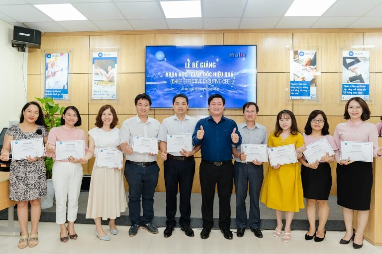 Dr. Duong Thi Thu and Dr. Nguyen Dinh Trong award certificates of completion of the course to trainees.