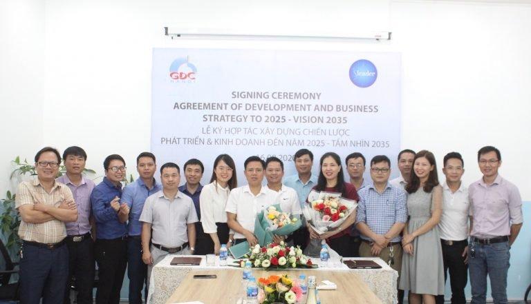 Ban lãnh đạo Công ty Cổ phần Đầu tư và Xây dựng GDC trao hoa cho TS. Dương Thị Thu